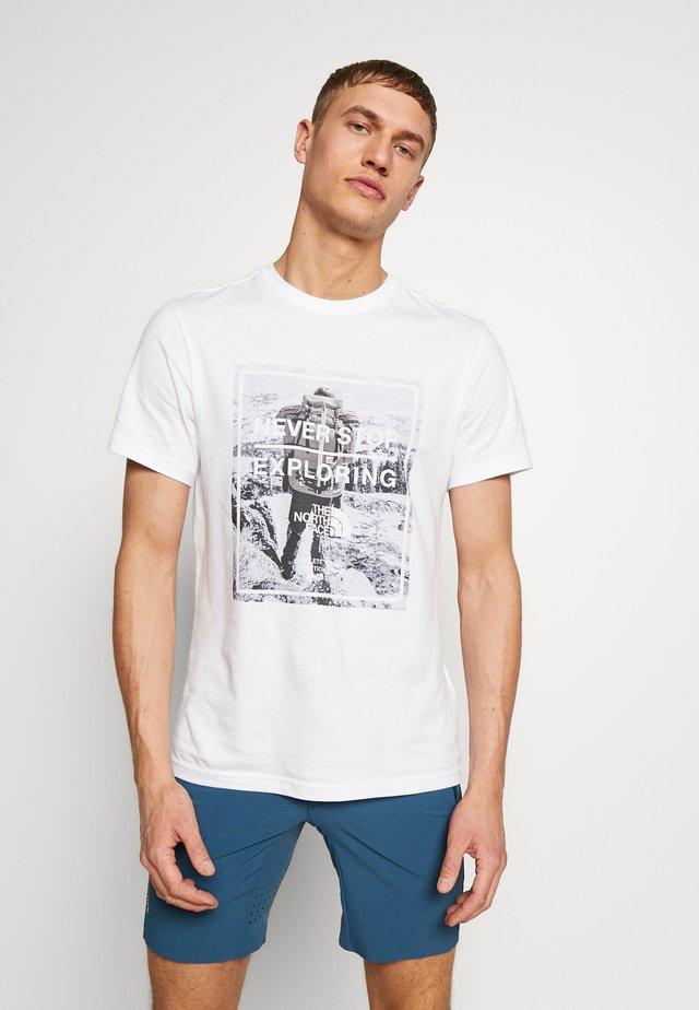 MENS GRAPHIC TEE - T-shirt print - tnf white/tnf white