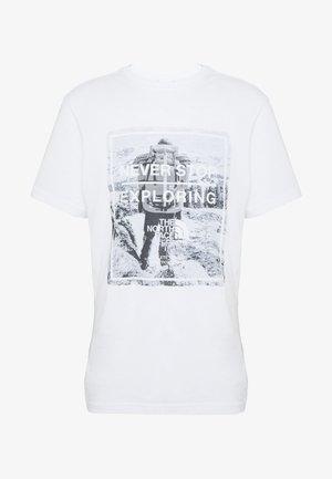 MENS GRAPHIC TEE - T-shirt z nadrukiem - tnf white/tnf white