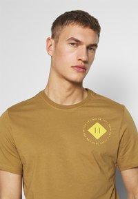 The North Face - MENS GRAPHIC TEE - Print T-shirt - british khaki - 4