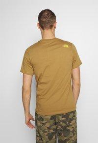 The North Face - MENS GRAPHIC TEE - Print T-shirt - british khaki - 2