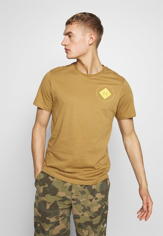 MENS GRAPHIC TEE - Printtipaita - british khaki