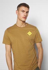 The North Face - MENS GRAPHIC TEE - Print T-shirt - british khaki - 3