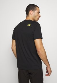 The North Face - MENS GRAPHIC TEE - T-shirt z nadrukiem - black/lemon - 2