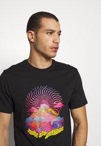 The North Face - MENS GRAPHIC TEE - T-shirt z nadrukiem - black/lemon - 3