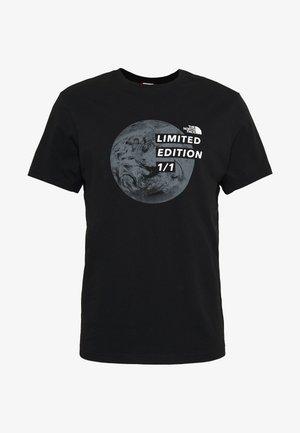 MENS GRAPHIC TEE - T-shirt med print - black/zinc grey