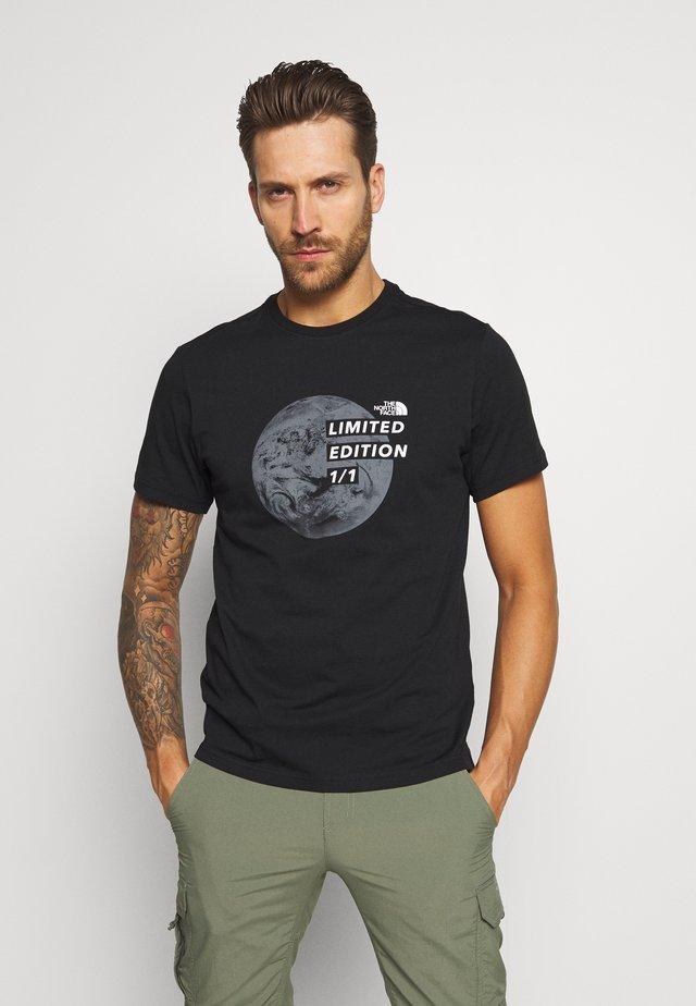MENS GRAPHIC TEE - Camiseta estampada - black/zinc grey