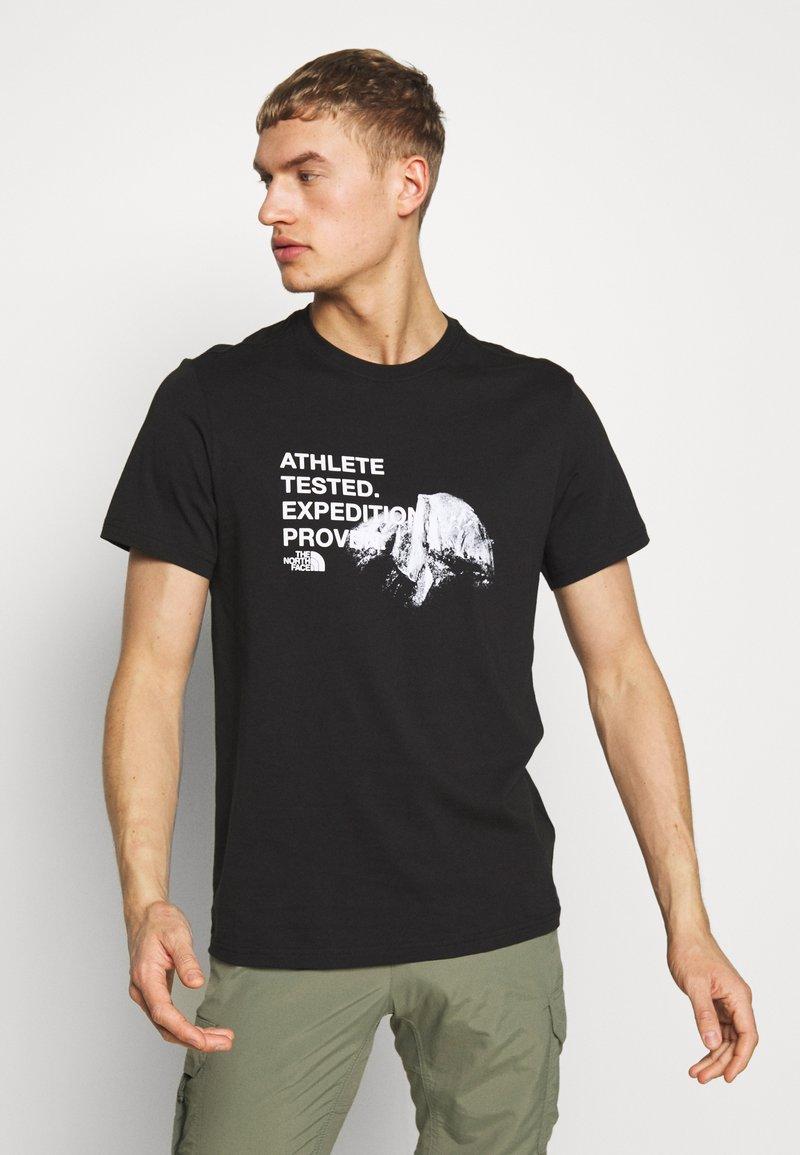 The North Face - MENS GRAPHIC TEE - T-shirt z nadrukiem - black/white