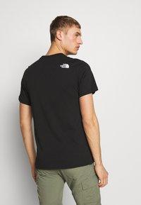 The North Face - MENS GRAPHIC TEE - T-shirt z nadrukiem - black/white - 2