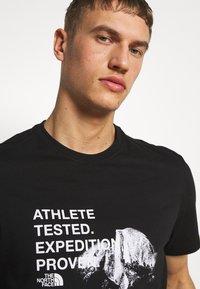The North Face - MENS GRAPHIC TEE - T-shirt z nadrukiem - black/white - 3