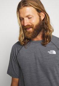 The North Face - MEN'S ACTIVE TRAIL - T-shirt imprimé - dark grey heather - 3