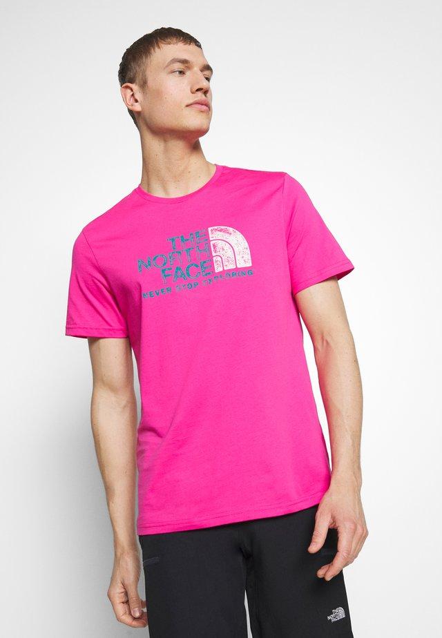 MEN'S RUST TEE - T-shirt z nadrukiem - mr. pink