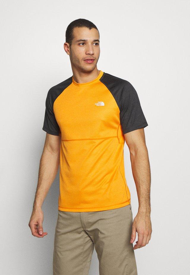 MENS VARUNA TEE - Camiseta estampada - orange/mottled dark grey