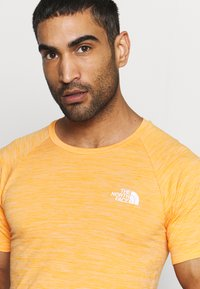 The North Face - IMPENDOR SEAMLESS TEE - T-shirt imprimé - flame orange/white heather - 4