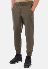 The North Face - M TKW DREW PEAK PANT - Spodnie treningowe - green - 0