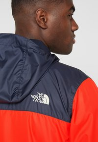 The North Face - MENS CYCLONE 2.0 HOODIE - Impermeable - fiery red/urban navy - 5