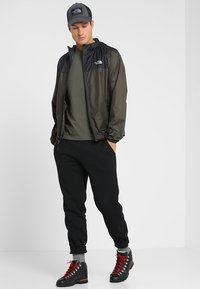 The North Face - MENS CYCLONE 2.0 HOODIE - Impermeable - new taupe green/black - 1