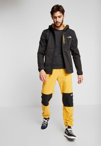The North Face - QUEST HOODED - Kurtka Softshell - black - 1