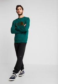 The North Face - MENS DREW PEAK CREW - Sweatshirt - night green - 1