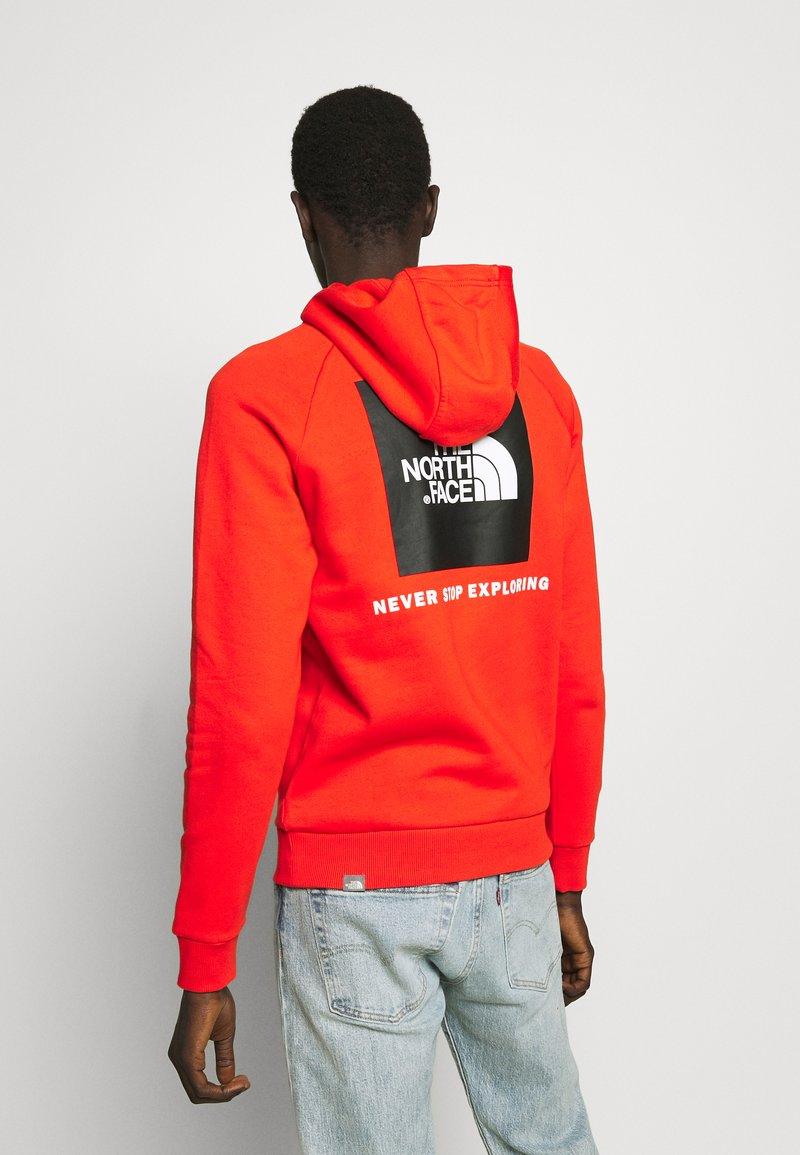 The North Face - RAGLAN BOX HOODIE - Hoodie - fiery red