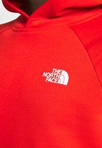 The North Face - RAGLAN BOX HOODIE - Hoodie - fiery red - 6