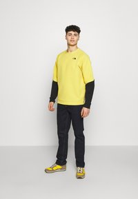 The North Face - MENS TEKNO RIDGE CREW - Fleecová mikina - bamboo yellow/black - 1