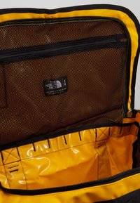 The North Face - BASE CAMP DUFFEL M - Sports bag - summit gold/black - 5