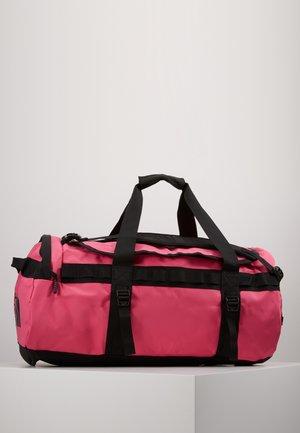BASE CAMP DUFFEL M - Matkakassi - mr pink/tnf black
