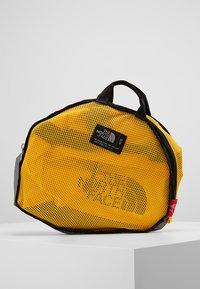 The North Face - BASE CAMP DUFFEL S  - Bolsa de deporte - summit gold/black - 6