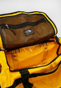 The North Face - BASE CAMP DUFFEL S  - Bolsa de deporte - summit gold/black - 4