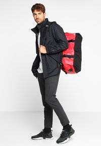 The North Face - BASE CAMP DUFFEL S  - Sports bag - red/anthracite - 1