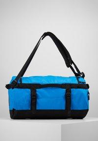 The North Face - BASE CAMP DUFFEL S  - Sports bag - clear lake blue/black - 3