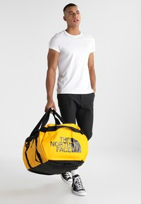 The North Face - BASE CAMP DUFFEL XL - Reistas - yellow - 1