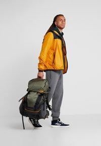 The North Face - TERRA 55 - Mochila de trekking - dark grey heather/new taupe green - 1