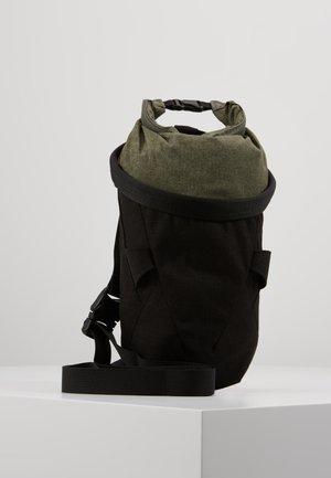 DOME CHALK BAG - Ledvinka - black