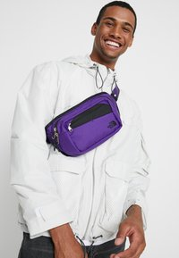 The North Face - BOZER HIP PACK - Heuptas - hero purple/black - 1