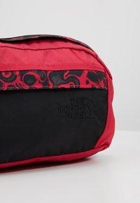 The North Face - RAGE - Rumpetaske - rose red/black - 7