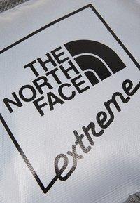 The North Face - EXPLORE BARDU - Taška spříčným popruhem - silver - 6