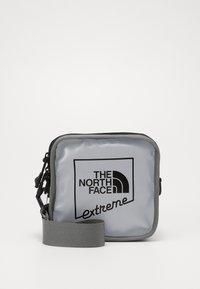 The North Face - EXPLORE BARDU - Taška spříčným popruhem - silver - 0