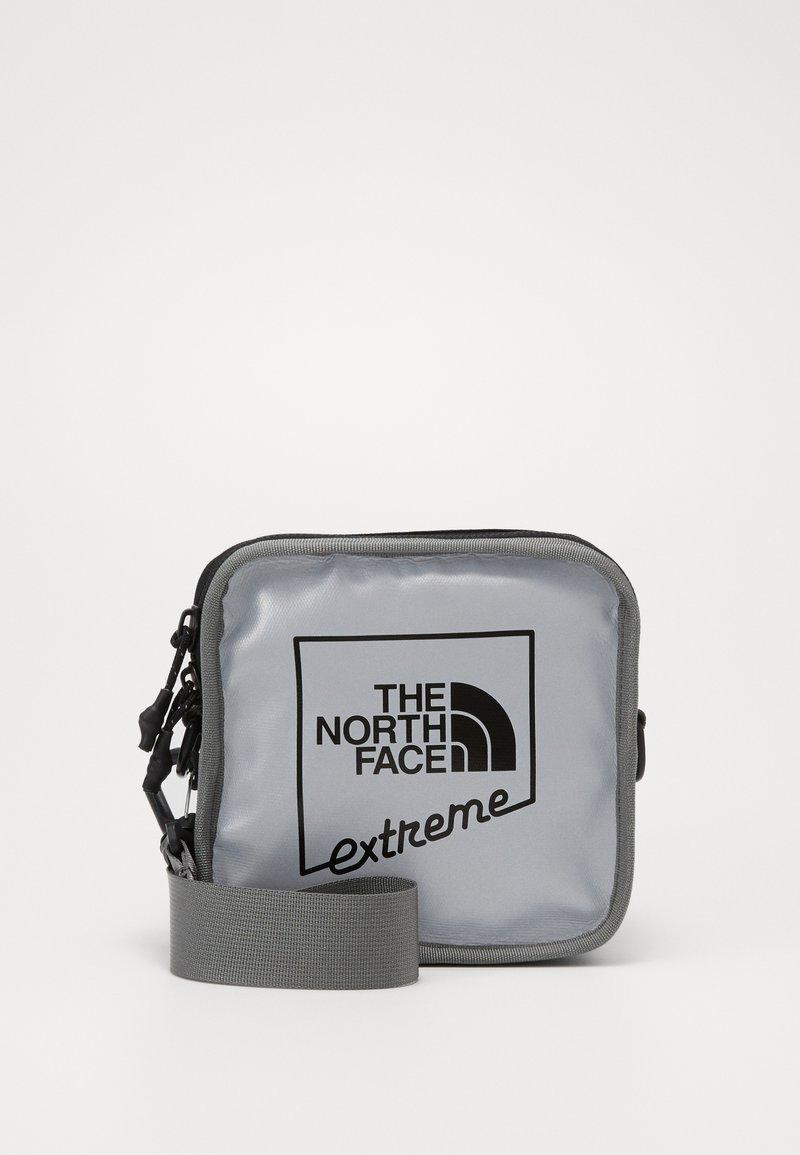 The North Face - EXPLORE BARDU - Taška spříčným popruhem - silver