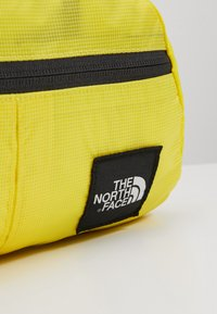 The North Face - FLYWEIGHT LUMBAR - Bum bag - lemon - 2