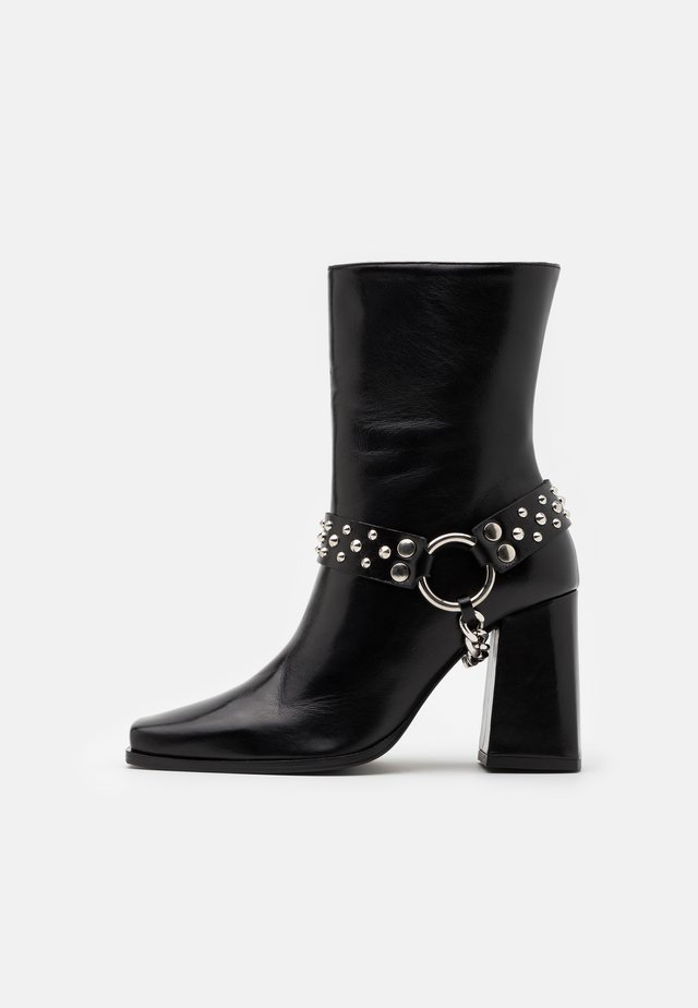 BOTTINES AVEC BIJOUX - Cowboy/biker ankle boot - black
