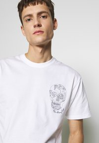 The Kooples - SKULL EMBROIDERY  - T-Shirt print - white - 4