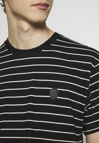 The Kooples - STRIPED - T-shirt imprimé - black/ecru - 5