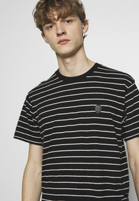 The Kooples - STRIPED - T-shirt imprimé - black/ecru - 3