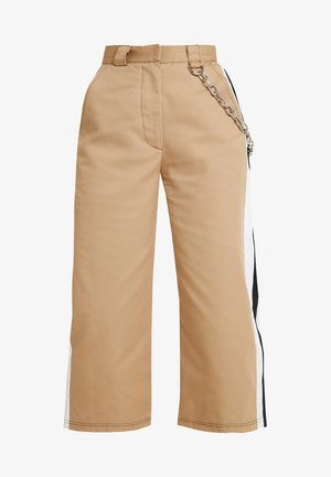 SIDE STRIPE CROPPED PANT WITH CHAIN DETAIL - Tygbyxor - tan