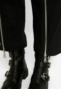 The Ragged Priest - MISTAKE PANT - Flared jeans - black - 4