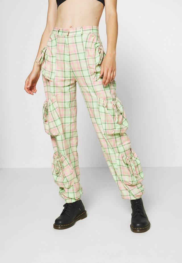 SYMBOL PANT - Pantaloni cargo - lime/pink