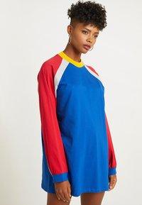 The Ragged Priest - PANELLED DRESS - Žerzejové šaty - blue/red/grey - 0