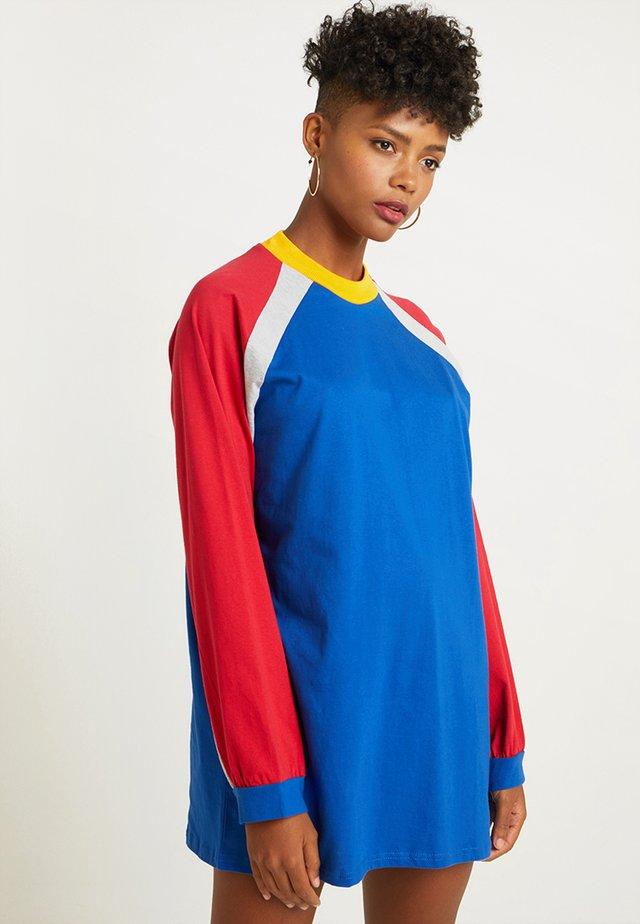 PANELLED DRESS - Robe en jersey - blue/red/grey