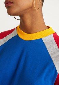 The Ragged Priest - PANELLED DRESS - Žerzejové šaty - blue/red/grey - 5